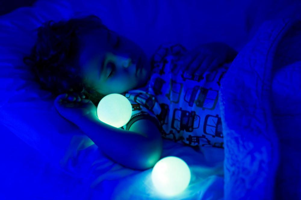 schutz vor b sen monstern nachtlicht glo von boon baby gadgets. Black Bedroom Furniture Sets. Home Design Ideas